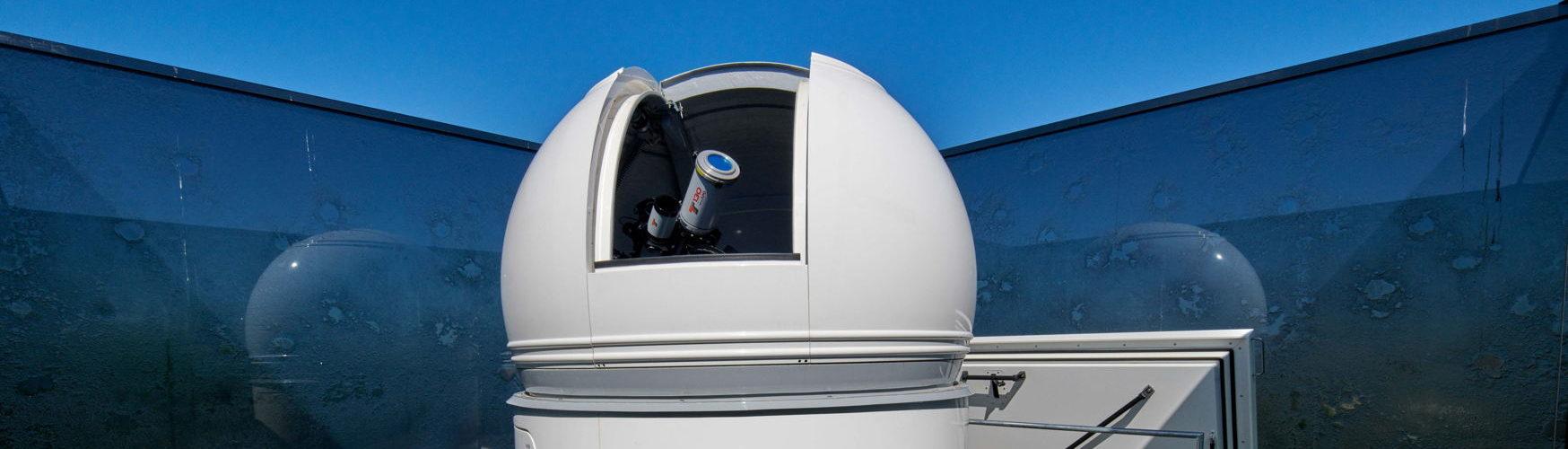 El telescopio dentro de su cúpula encima del «Uhrturm»