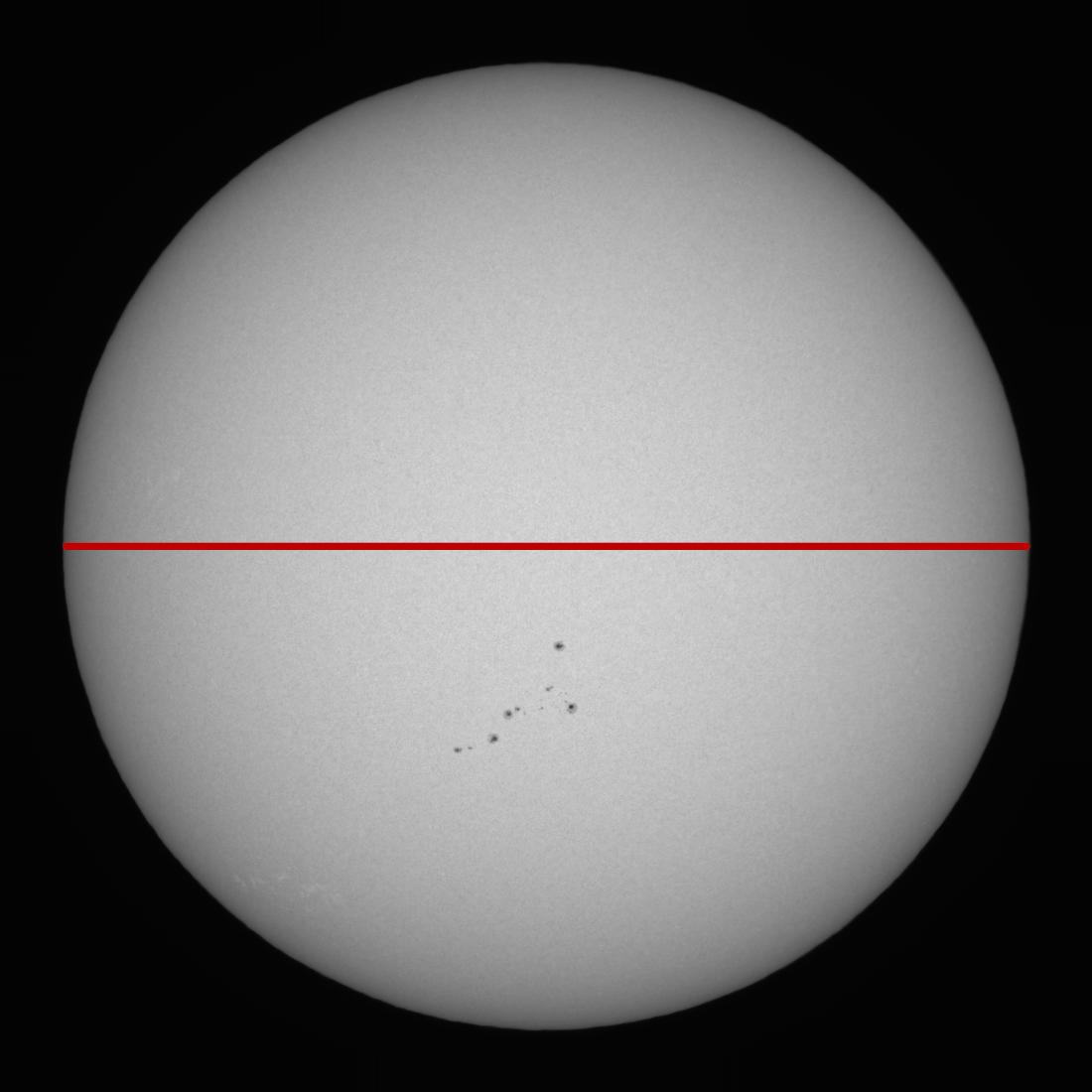 Un imagen del sol «continuo», tomado en el 26 de abril 2021 y sin modificaciones (aparte de la línea roja)